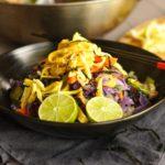 Zeleninové stir fry s vaječnými nudlemi.